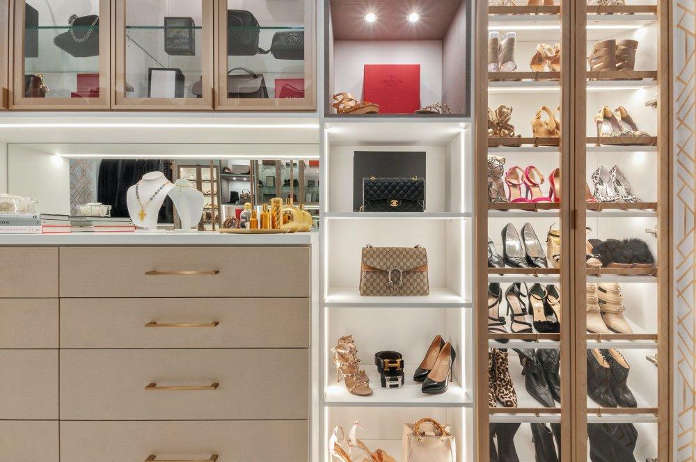 Måttanpassade walk-in closets erbjuder unika förvaringslösningar och oändliga designmöjligheter