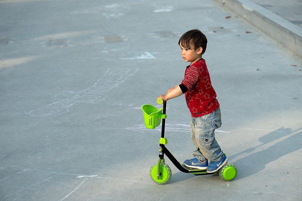 En sparkcykel tränar motorik, balans och koordination samtidigt som den är rolig för barnet