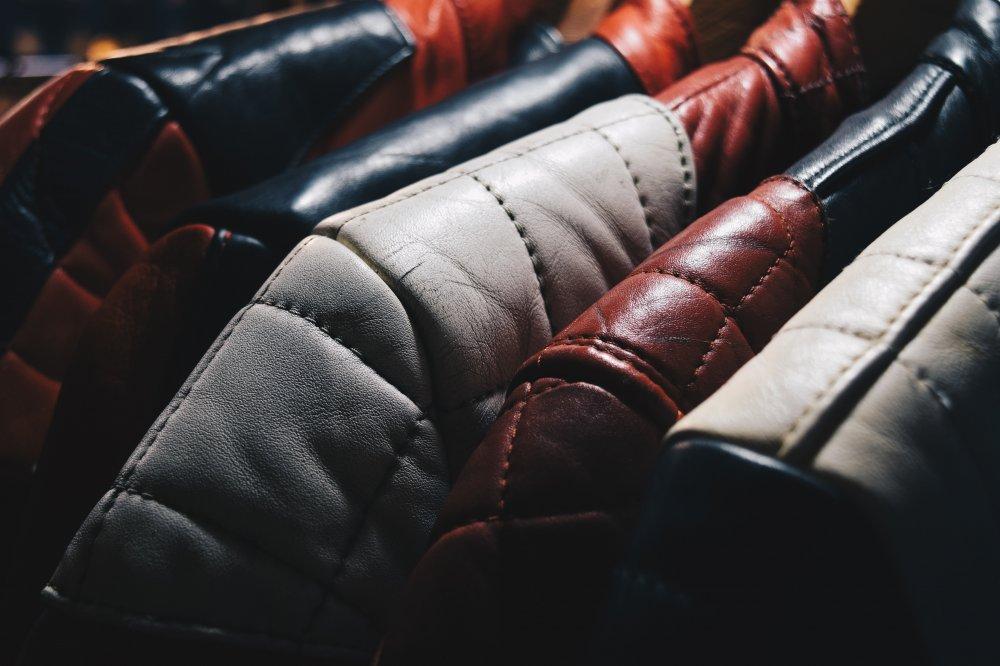 Lädernålar och sytråd räddar hålen i kläderna